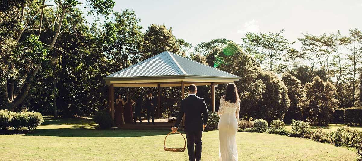 A couple walks across the lawn to Rotunda at Summerland Farm